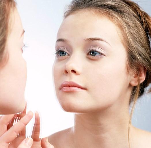 Как правильно наносить крем вокруг глаз.