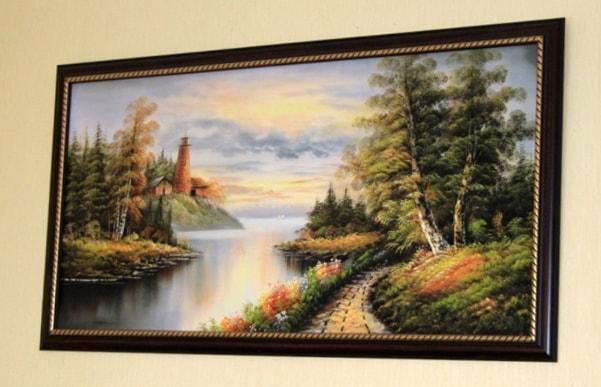 большая картина на стене